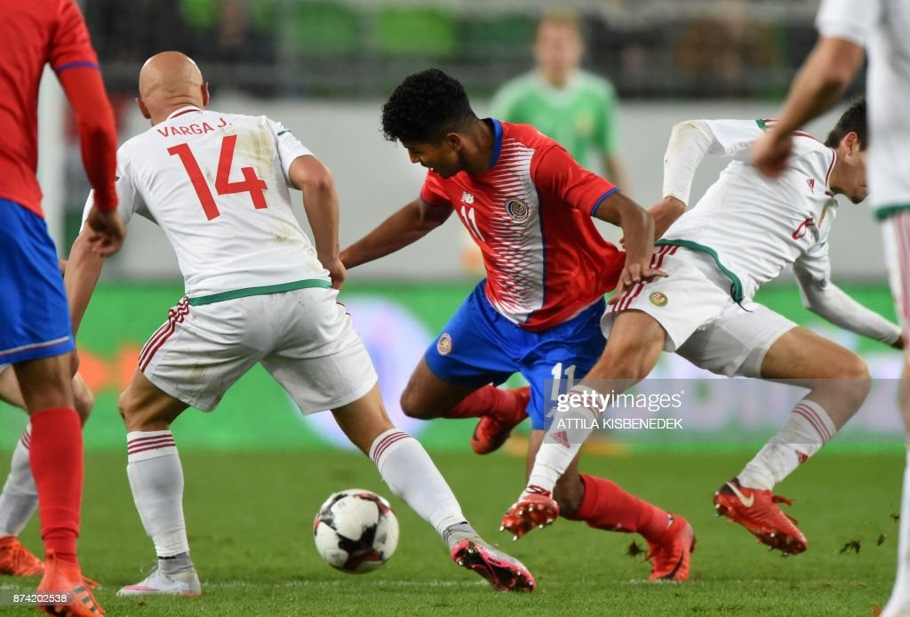 Costa Rica's Johan Venegas (C) vies with Hungary's Jozsef Varga (L) and Daniel Nagy (R) during the international friendly football match Hungary against Costa Rica in Budapest on November 14, 2017. /