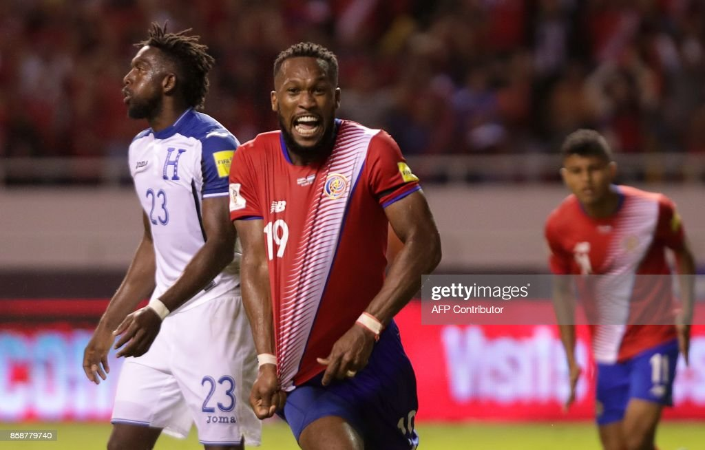 Costa Rica's Kendall Waston celebrates after scoring against Honduras during their 2018 World Cup qualifier football match, in San Jose on October 7, 2017. / AFP PHOTO / Jorge RENDON