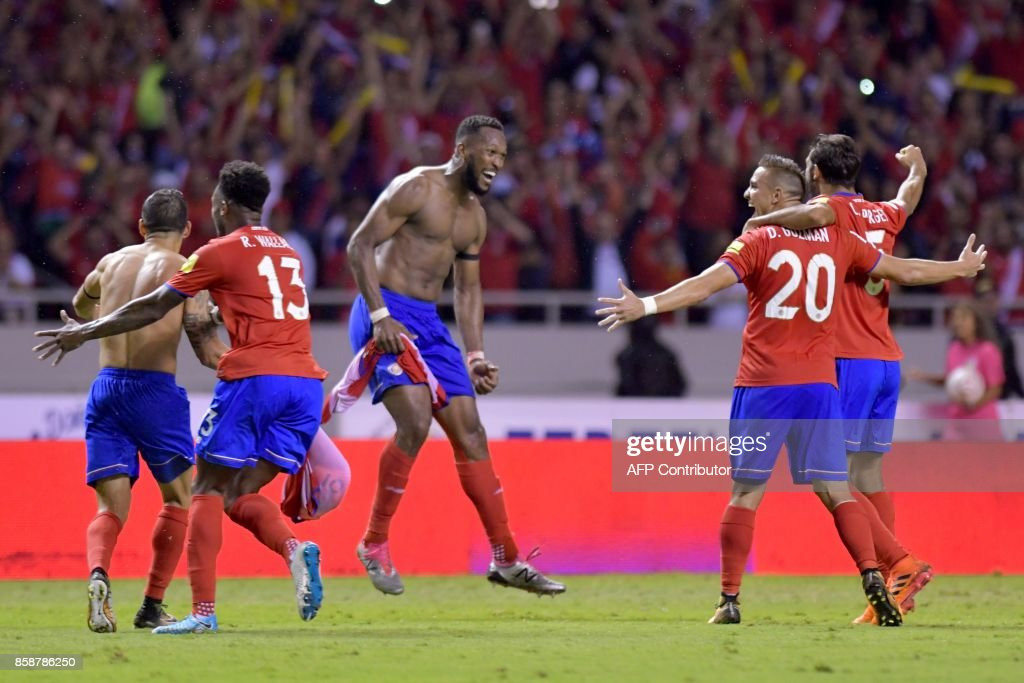 Costa Rica's Kendall Waston (C) celebrates with teammates after scoring against Honduras during their 2018 World Cup qualifier football match, in San Jose on October 7, 2017. / AFP PHOTO / Ezequiel BECERRA