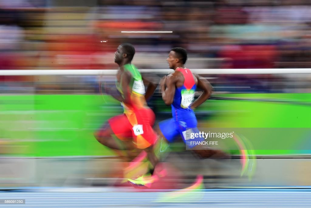 TOPSHOT - Costa Rica's Nery Brenes (R) and Grenada's Kirani James (L) compete in the Men's 400m Semifinal during the athletics event at the Rio 2016 Olympic Games at the Olympic Stadium in Rio de Janeiro on August 13, 2016. / AFP / FRANCK