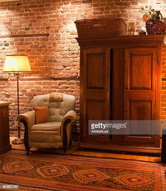 Confortable appartement intérieur de Montréal, avec un mobilier contre un mur.