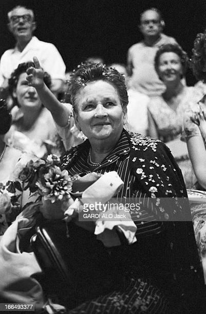 Cote D'Azur Nice 31 juillet 1959 Reportage sur Nice lors d'une fête nocturne portrait d'une femme tenant un bouquet de fleurs en main des confettis...