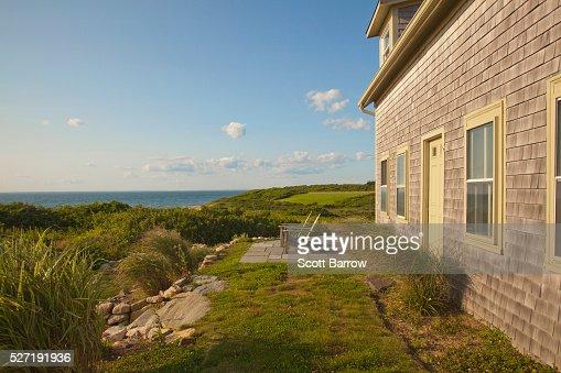 Cottage beside a lake : Stockfoto