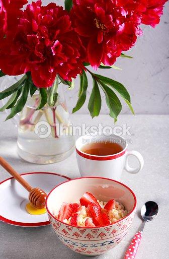 quark mit honig und erdbeeren stock foto thinkstock. Black Bedroom Furniture Sets. Home Design Ideas