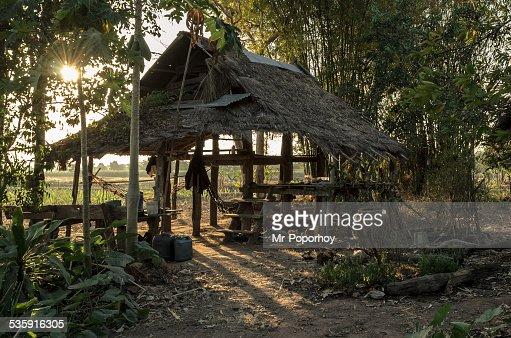 Cabaña en el campo : Foto de stock