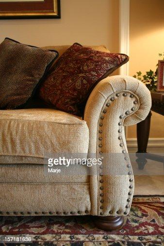 Sofa mit kissen gehobenen wohnzimmer stock foto getty images - Wohnzimmer kissen ...