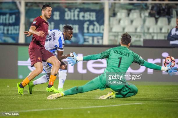 Coulibaly Mamadou and Szczesny Wojciech during the Italian Serie A football match Pescara vs Roma on April 24 in Pescara Italy