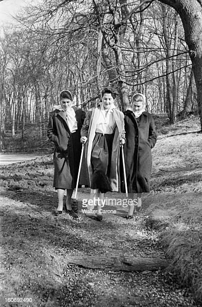 Countess Of Paris Broke Her Leg 17 mars 1955 Reportage sur la Comtesse de Paris qui s'est cassée la jambe se promenant dans les bois avec deux de ses...