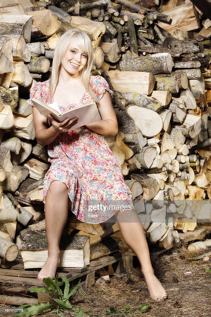 Country girl reading a book : Stockfoto