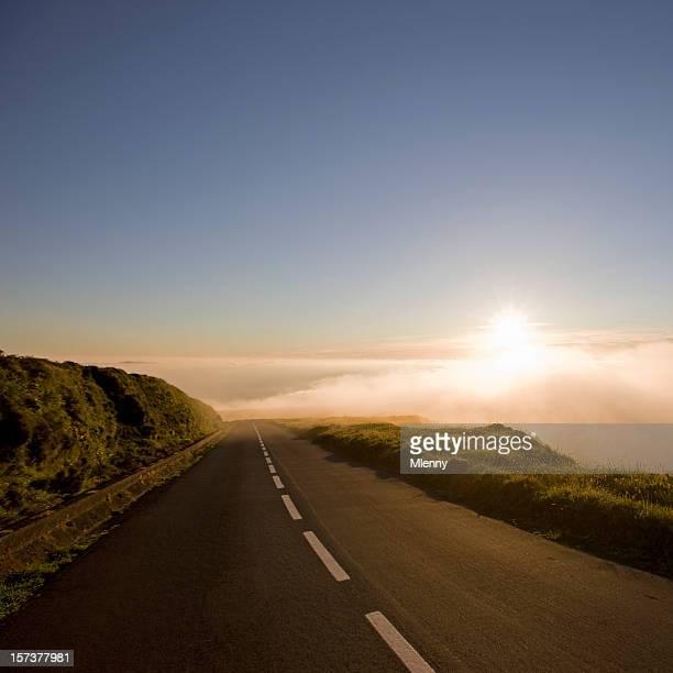 国 Highway に雲の夕暮れ時