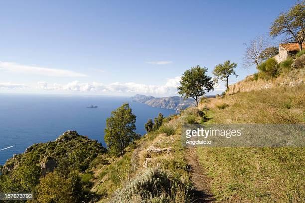 Country an der Küste von Amalfi mit Meer im Hintergrund