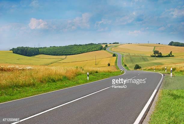 Ländliche Straße in der wunderschönen Natur
