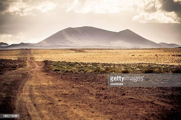 Strada di campagna nel paesaggio vulcanico, Lanzarote, Isole Canarie