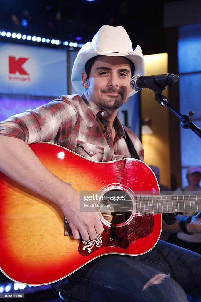 AMERICA - Country singer Brad Paisley performs on 'Good Morning America,' 11.4.10, on the ABC Television Network. (Photo by Heidi Gutman/ABC via Getty Images)BRAD
