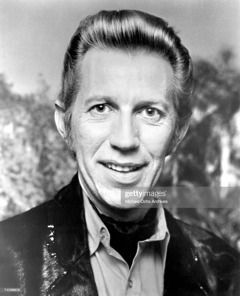 Country singer Porter Wagoner poses for a portrait in circa 1974.