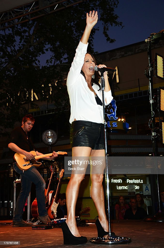 Country singer Sara Evans performs at The 2013 Summer Concert Series at The Grove on July 17, 2013 in Los Angeles, California.