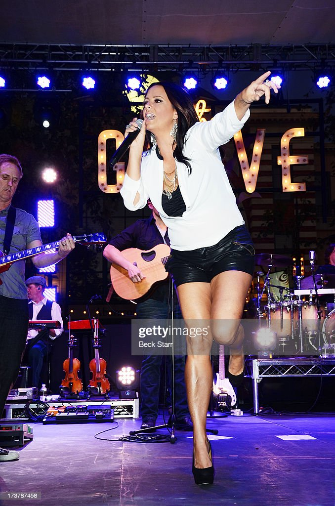 Country singer <a gi-track='captionPersonalityLinkClicked' href=/galleries/search?phrase=Sara+Evans&family=editorial&specificpeople=215184 ng-click='$event.stopPropagation()'>Sara Evans</a> performs at The 2013 Summer Concert Series at The Grove on July 17, 2013 in Los Angeles, California.
