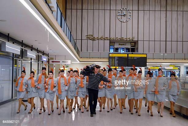 Country Sänger Gunter Gabriel mit einem Ghetto Blaster auf der Schulter inmitten einer als Stewardessen verkleideten Show Girls Reihe in der...