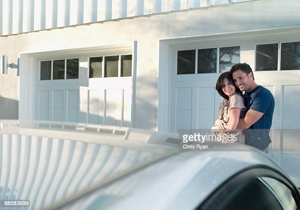 Paar bewundern Sie neue Auto
