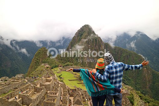 Couple admiring the spectacular view of Machu Picchu, Cusco Region, Urubamba Province, Peru, Archaeological site, UNESCO World Heritage : Foto de stock