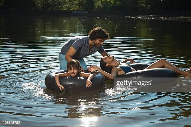 Paar und Tochter haben Spaß in lake