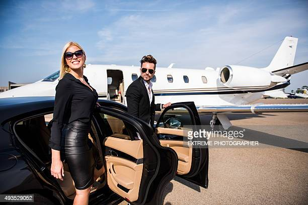 Coppia di arrivare in aeroporto
