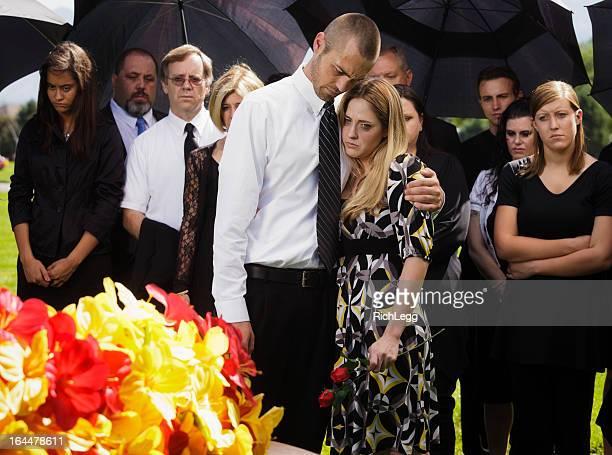 Paar bei einer Beerdigung
