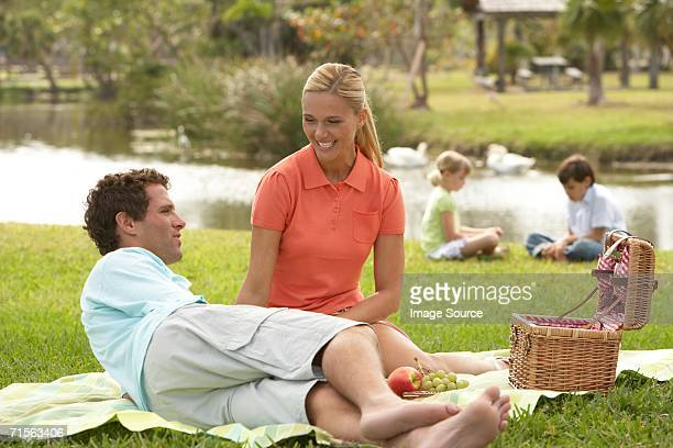 Paar mit Picknick mit der Familie