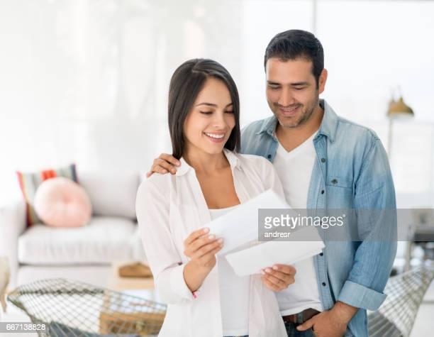 Paar zu Hause überprüft ihre e-Mail-Nachrichten
