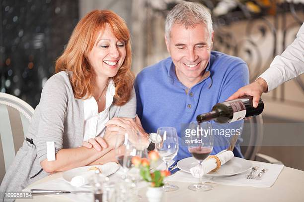 Casal no restaurante.