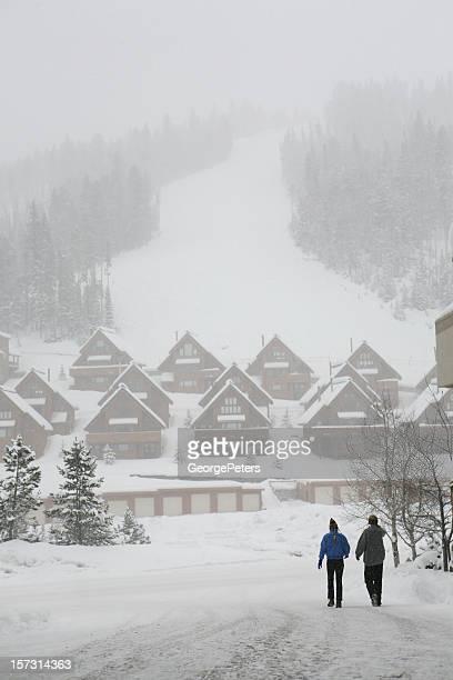 カップルスキーリゾートで雪の日中