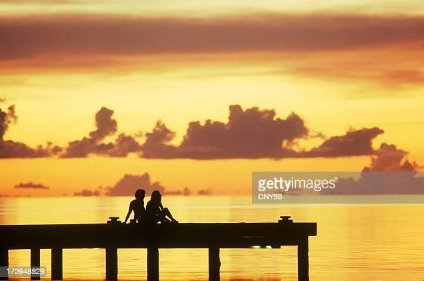 Paar bei Sonnenuntergang in Französisch-Polynesien