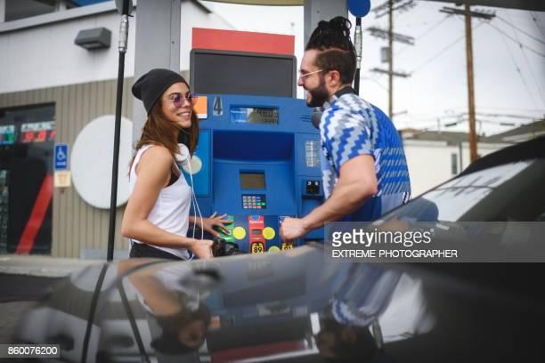 Paar an der Tankstelle