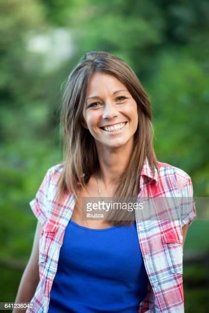 公園でカップル: 笑顔の女性
