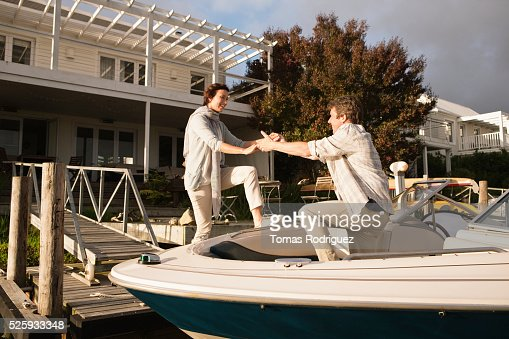 Couple boarding motorboat : Foto de stock