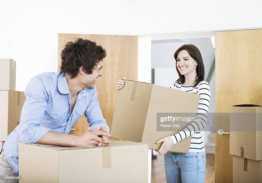 Couple bringing boxes to new home : Foto de stock