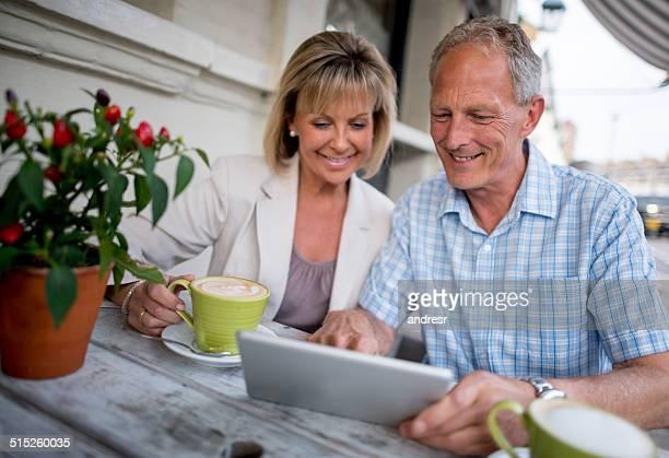 Couple navigation sur une tablette