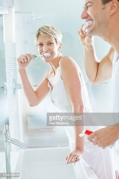 Paar Bürsten Zähne im Badezimmer