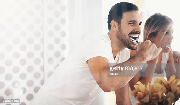 Couple se brosser les dents dans la matinée.