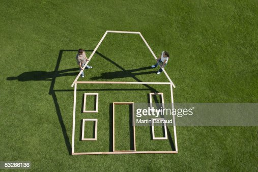 Couple building house outline : Stockfoto