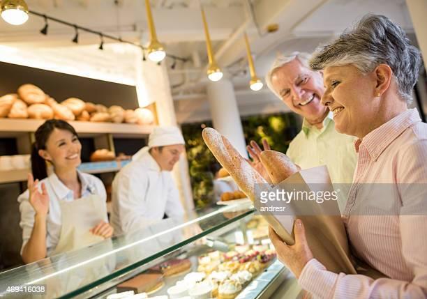 Couple acheter pain à la boulangerie