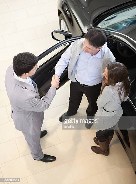 Couple, acheter une voiture.