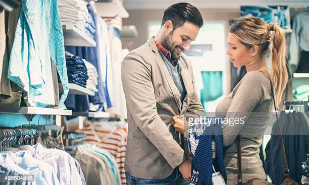 Couple acheter des vêtements au magasin.