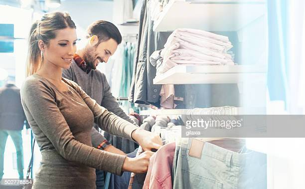 Coppia di comprare vestiti a grandi magazzini.