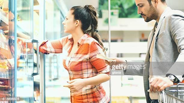 Couple acheter de la nourriture de supermarché.