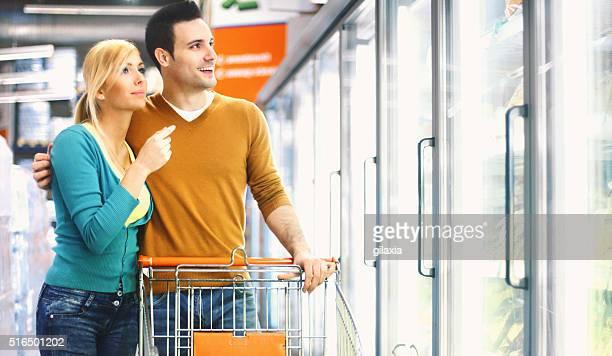 Couple acheter produits glacés dans un supermarché.
