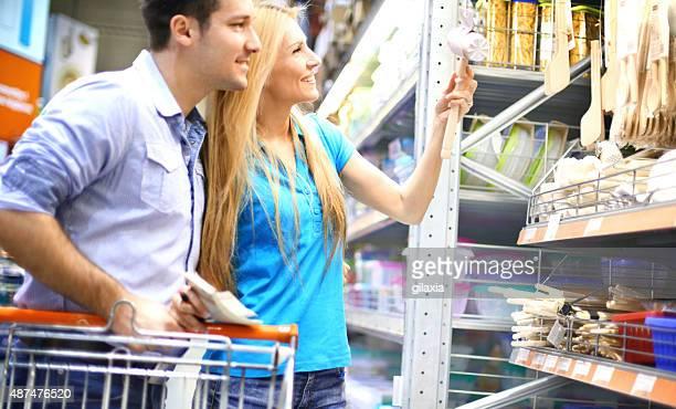 Couple acheter des ustensiles de cuisine dans un supermarché.