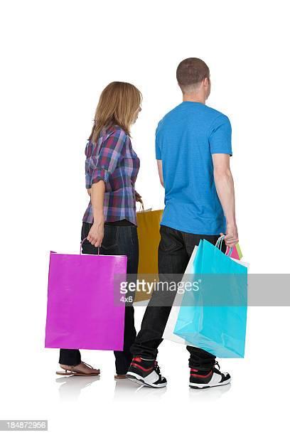 Couple transportant des sacs de shopping