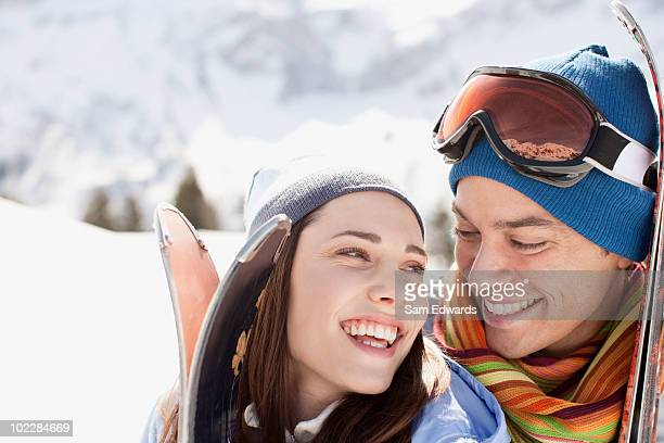 Couple porter des skis