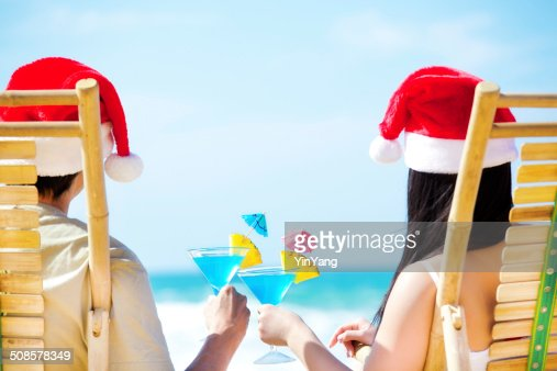 Couple Celebrating Christmas Vacation on Beach with Tropical Drinks Horizontal : Stockfoto